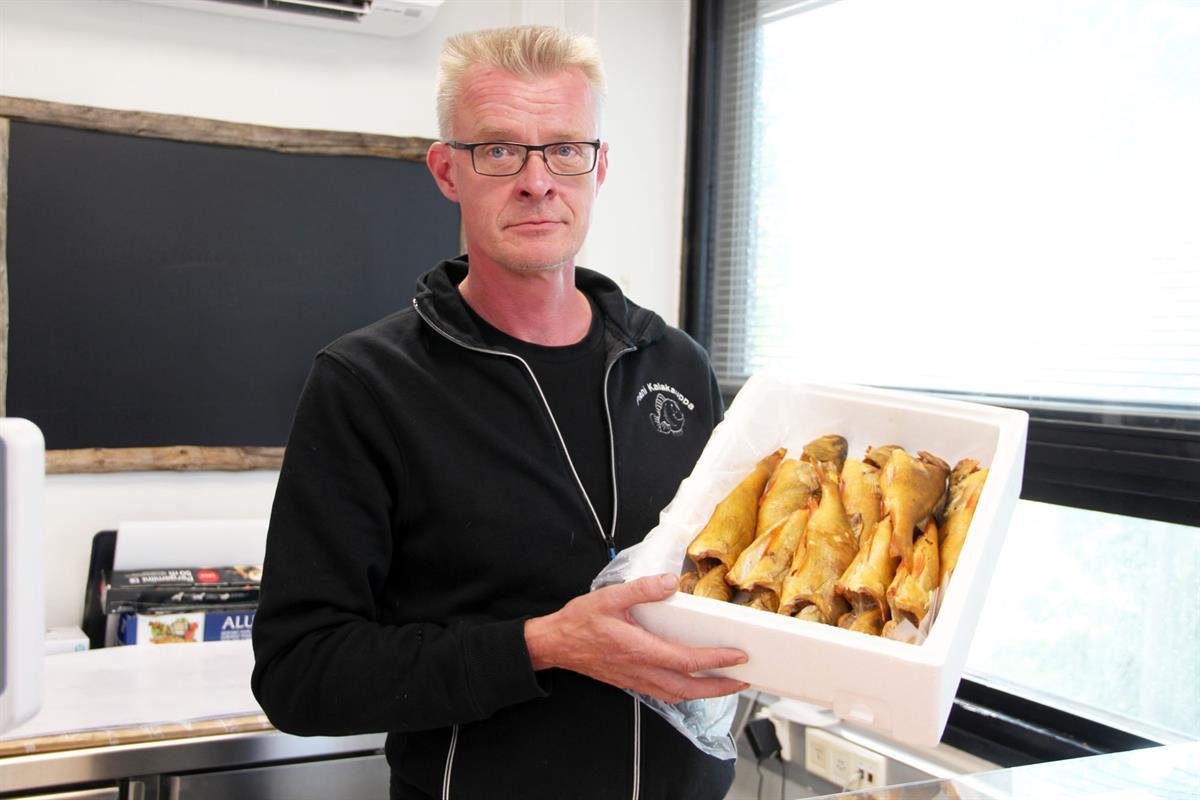 Ari Oksanen tekee itse kaikki Pienessä Kalakaupassa myytävät tuotteet. – Se totta kai ohjaa tuotteiden kehittämistä, että itse tykkää niiden mausta, Oksanen sanoo.