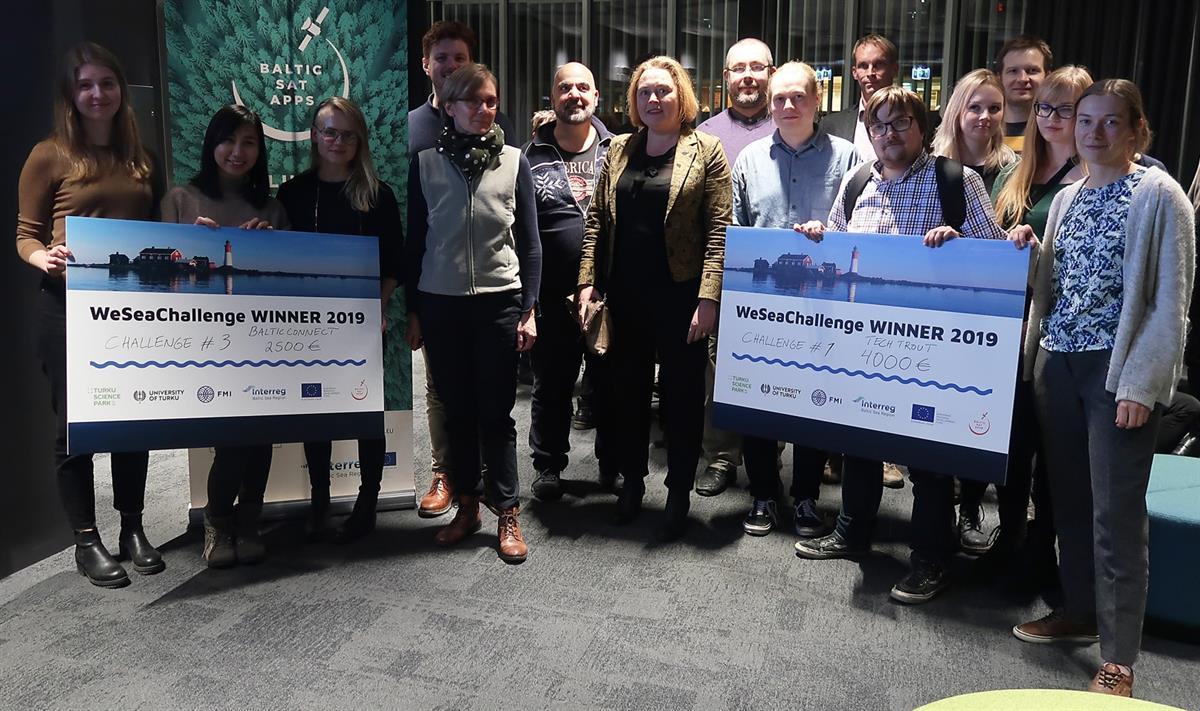 Turkulainen Tech Trout ja Aalto-yliopiston opiskelijoiden BalticConnect vastaanottivat voittoshekit keskiviikkoiltana. Kolmannen haasteen voittaneet vaasalaisopiskelijat eivät enää olleet paikalla illan palkintojenjaossa.
