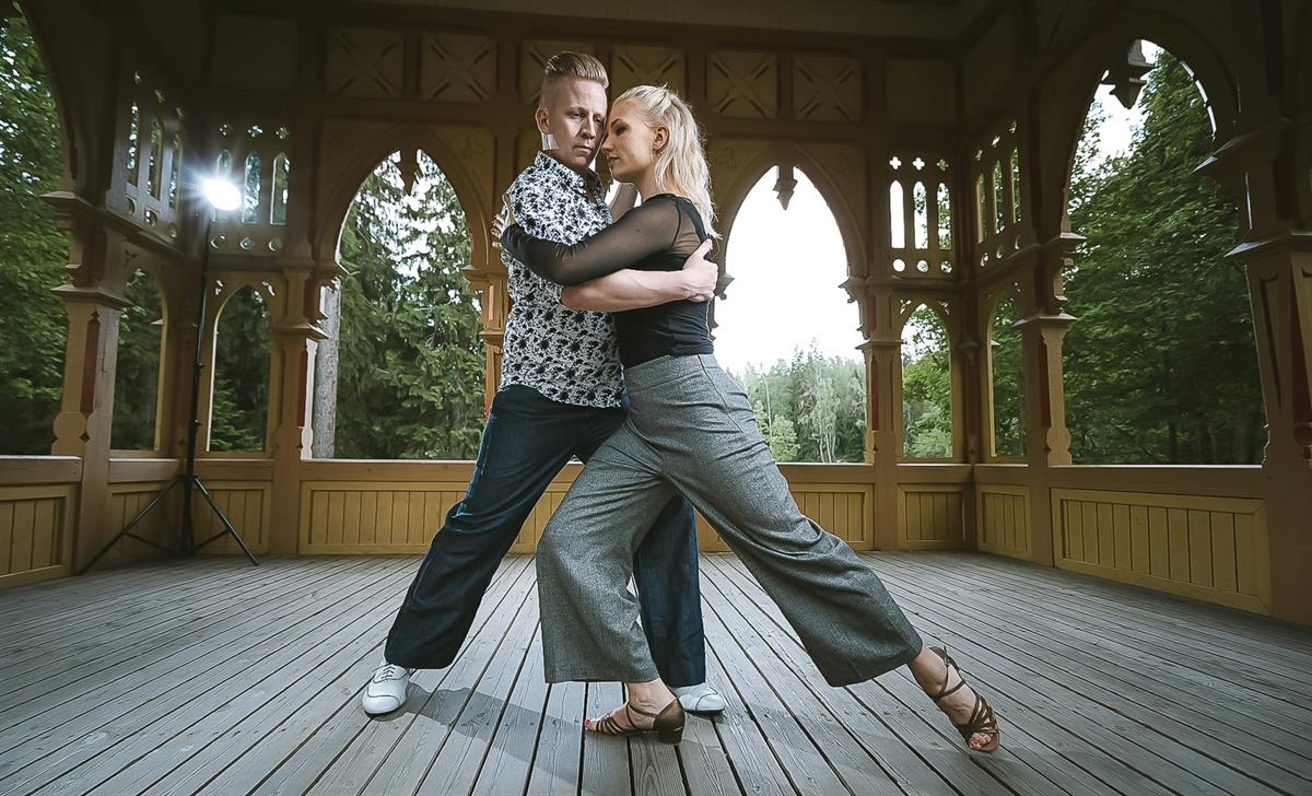 Tunnettu ja tunnustettu Tanssioppilaitos tanssittaa